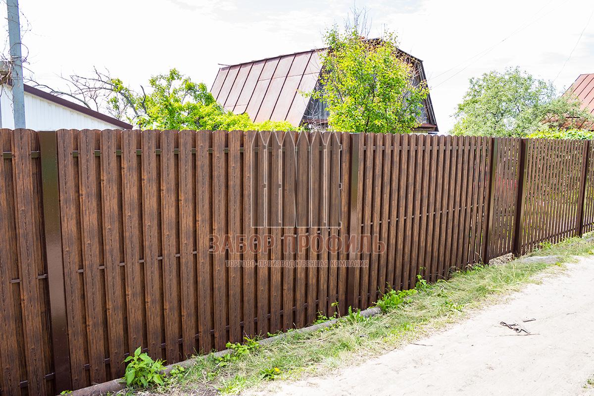 Забор из Евроштакетника под дерево